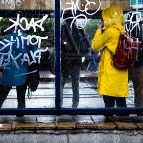 Na zastávce Vltavská v deštivém počasí