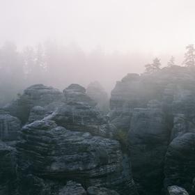 Mlhavý východ v Prachovských skalách