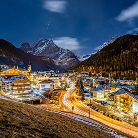Horské město Canazei v Dolomitech