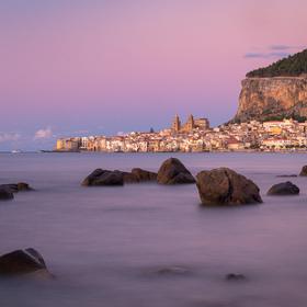 Modrá hodinka na pláži v Cefalù