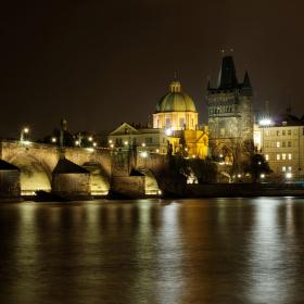 Noční barvy Karlova mostu