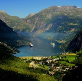 Fjord, lodě a dým