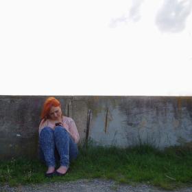 Dívka s mobilem u rybníku
