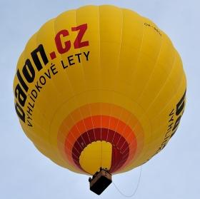 Takhle jednou za domem letěli lidé balónem