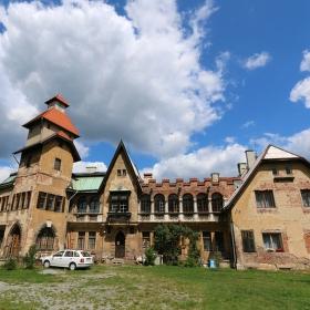 Zajímavá stavba v Boleticích nad Labem.