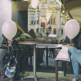 Dva bílé balónky vyšly si do města