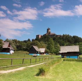 Skanzen s hradem Stará Lubovňa v pozadí