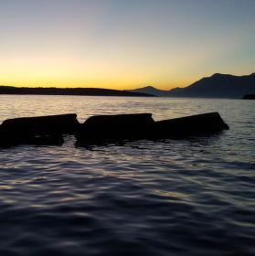 Vrak lodi při západu slunce
