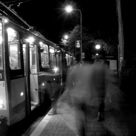 Lidé nastupující do trolejbusu