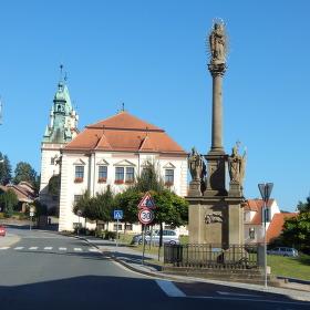 Tišnovská radnice, v  popředí Morový sloup.