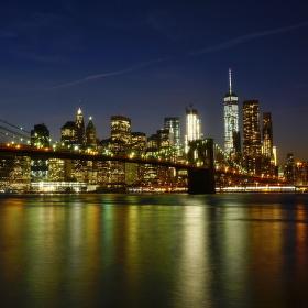 Pohled na noční Manhattan