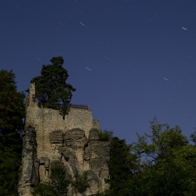 východní část hradu Valdštejna při úplňku
