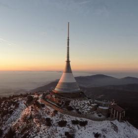 Zimní letecký pohled na Ještěd.