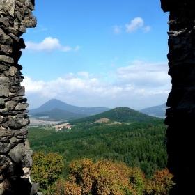 Průhled oknem hradu Košťálova