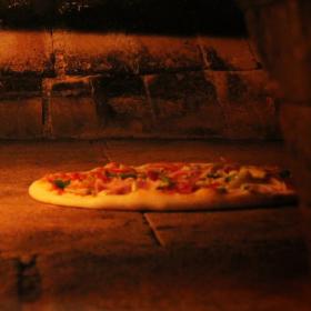 Kamenná pec s pizzou