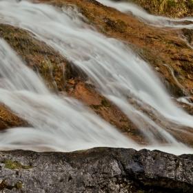 Voda hladí kameny