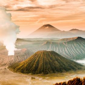 Východ slunce nad Indonésií