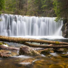 Balvanový vodopád