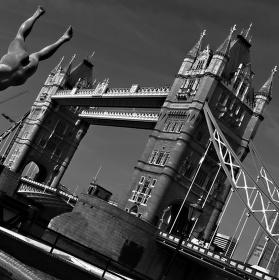 Tower Bridge v černobílé