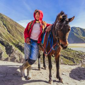 Koně a jezdci na vulkánu Bromo II.