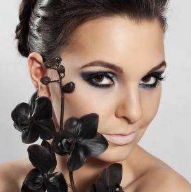 Dívka s orchidejí