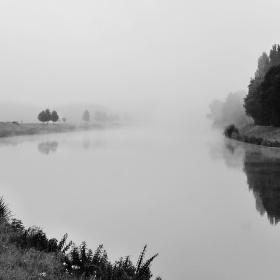 letní mlhavé ráno