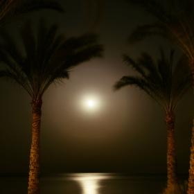 Měsíc nad mořem