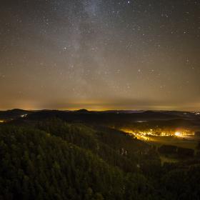 Jetřichovice pod noční oblohou
