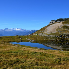 Jezero s Dachsteinem v pozadí