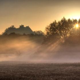 Hrad Andělská Hora po ránu v mlze