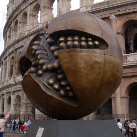 Architekty dělí věky ... starověké Koloseum jako pozadí Granátového jablka ...