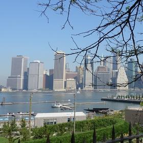 Jižní Manhattan v New Yorku při pohledu z brooklynské promenády
