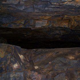 """""""Halíře"""" - průzkumná štola zlatých dolů u Jílového. Na fotce je pohled na staré důlní dílo, které štola přeťala."""