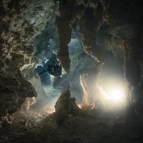 Úsvit ve spleti krápníků jeskyně Chan Hol - upstream