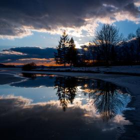 Zrcadlení v zimním jezeře