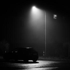 Jedno auto, jedna lampa, jeden člověk