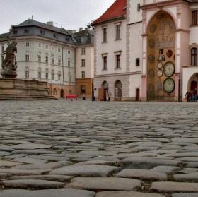 """Olomoucké náměstí s orlojem """"od podlahy"""""""
