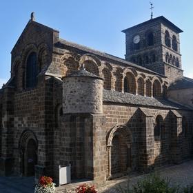 Románská bazilika v ranním slunci