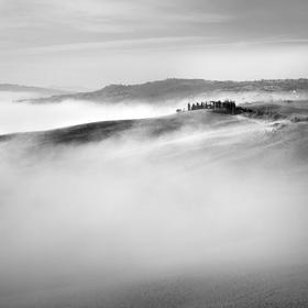 krajina v odstínech šedé