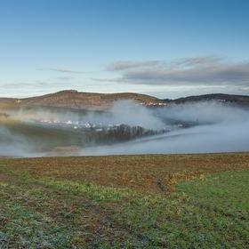 Dopolední mlhy v údolí