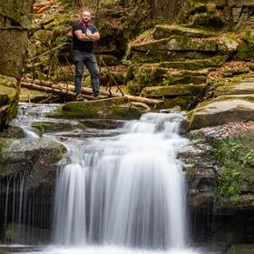 Autoportrét nad vodopádem v Beskydech