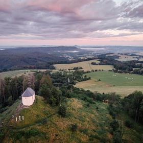 Východ slunce u kopce Vyskeř, Český ráj