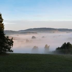 Vesnička skrytá v mlze