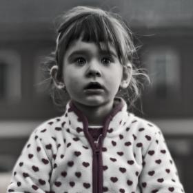 Děvčátko sledující přijíždějící traktor...