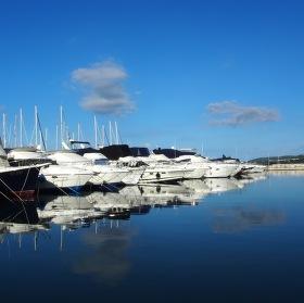 Klidné moře v přístavu Biograd na Moru