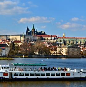 Výletní parník plující po Vltavě