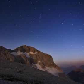Nočný mesiacom osvetleny Triglav