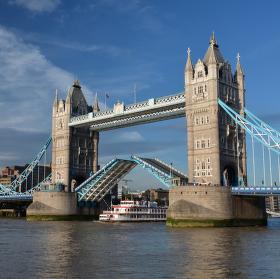 Tower Bridge a Dixie Queen