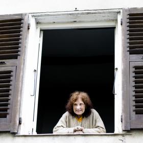 Stará paní v okně - Bastia, Korsika