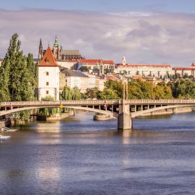 Pražský pohled na řeku